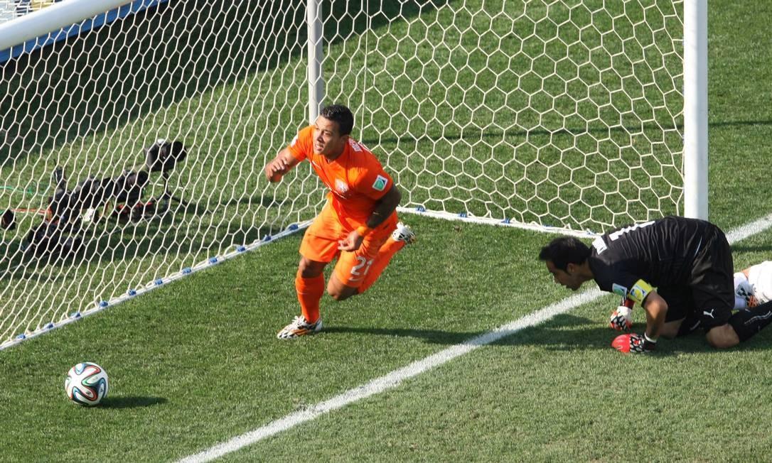 Depay comemora gol da Holanda nos 2 a 0 sobre o Chile: o 2º gol dele no Mundial Michel Filho / Agência O Globo
