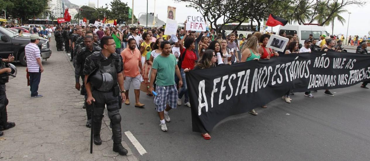 Manifestantes protestam contra a Copa do Mundo, em Copacabana Foto: Domingos Peixoto / Agência O Globo