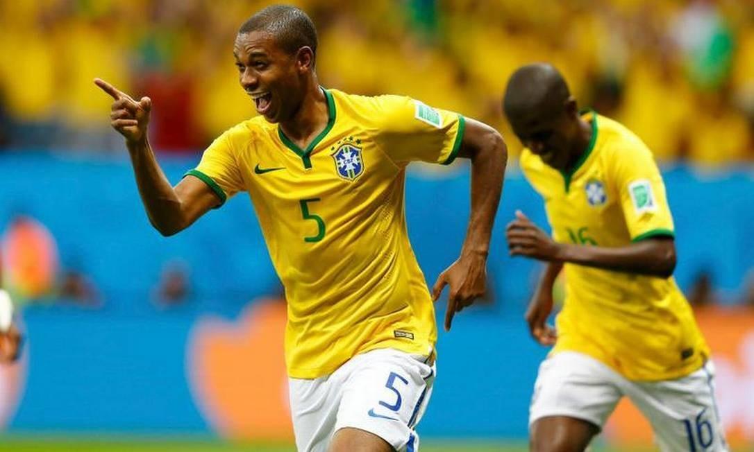 O volante Fernandinho fecha a relação de brasileiros Dominic Ebenbichler / REUTERS