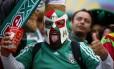 Torcedor mexicano faz festa na arquibancada da Arena Pernambuco