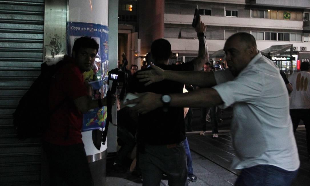 Homem que se identificou como policial deu dois tiros para o alto ao final de protesto contra a Copa do Mundo em São Paulo Foto: Fernando Donasci / Agência O Globo