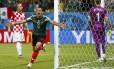 Chicharito comemora terceiro gol do México diante da Croácia, o primeiro dele na Copa