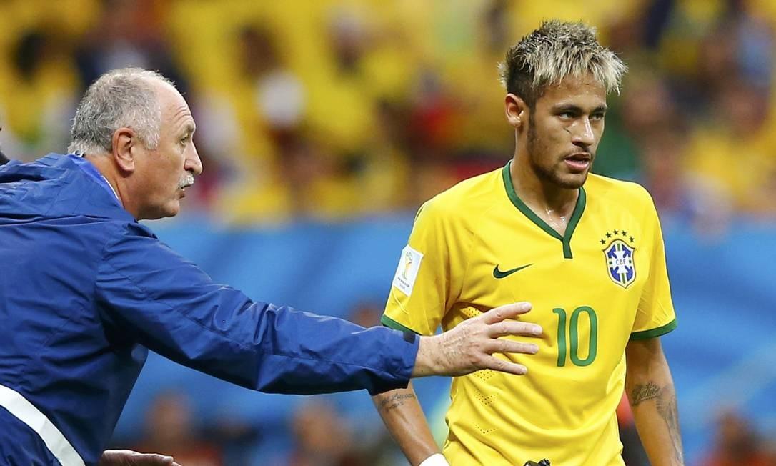 Luiz Felipe Scolari orienta Neymar na vitória sobre Camarões Foto: DOMINIC EBENBICHLER / REUTERS