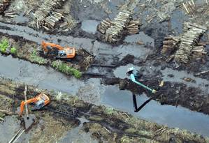 Retroescavadeiras na ilha de Sumatra, na Indonésia: intervenção humana no meio ambiente expõe ainda mais um país já vulnerável a extremos climáticos Foto: ROMEO GACAD/AFP