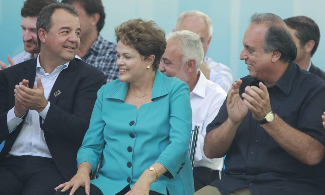 Dilma em visita ao Rio em maio deste ano, junto a Cabral e Pezão: Palácio do Planalto e a direção nacional do PT tentam minimizar à aliança formal do PMDB com os tucanos no Rio Foto: Domingos Peixoto/01-05-2014 / Agência O Globo