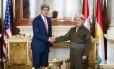 Presidente curdo Massoud Barzani (à dir.) aperta a mão do secretário de Estado dos EUA, John Kerry, no palácio presidencial em Irbil