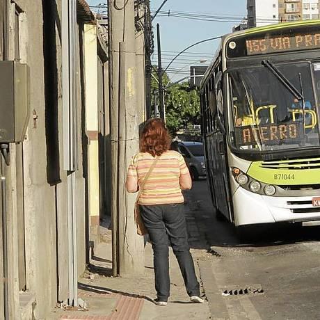 Apertado. Poste bloqueia passagem na estreita calçada da Avenida Marechal Rondon, no Riachuelo Foto: Agência O Globo / Bia Guedes