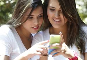 Após breve afastamento, jovens estão voltando ao Facebook graças aos aplicativos feitos para celular Foto: Ana Branco / Agência O Globo