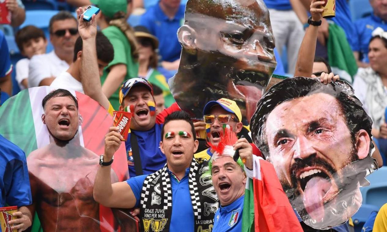 Italianos exibem imagens de Mario Balotelli e Andrea Pirlo na arquibancada Foto: EMMANUEL DUNAND / AFP