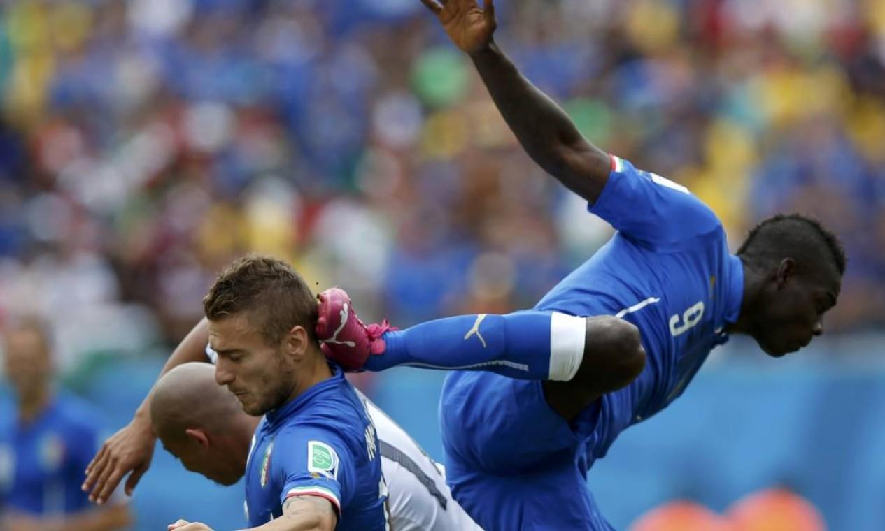 Balotelli atinge o companheiro Ciro Immobile com a chuteira Foto: TORU HANAI / REUTERS
