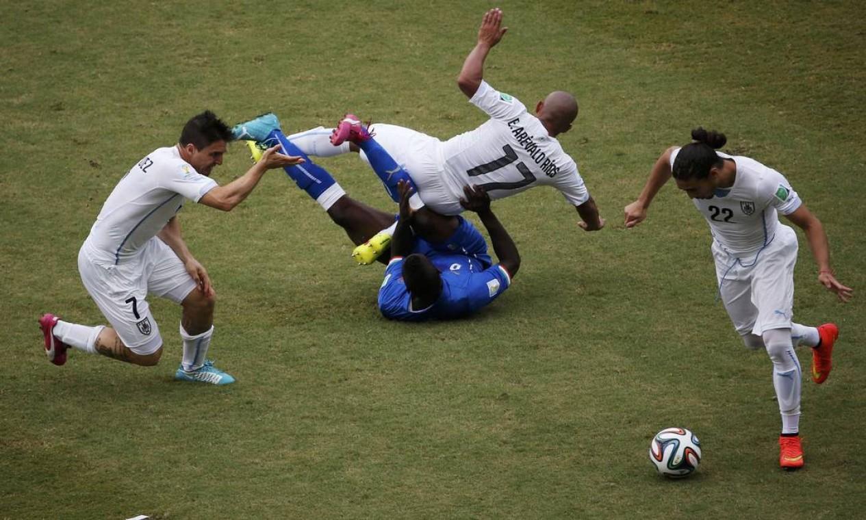 Jogadores se chocam na briga pela bola Foto: CARLOS BARRIA / REUTERS