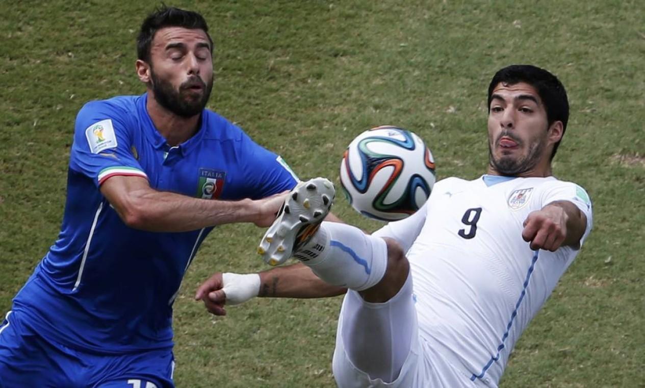 Luis Suarez, destaque do jogo contra a Inglaterra, se esforça para controlar a bola Foto: CARLOS BARRIA / REUTERS