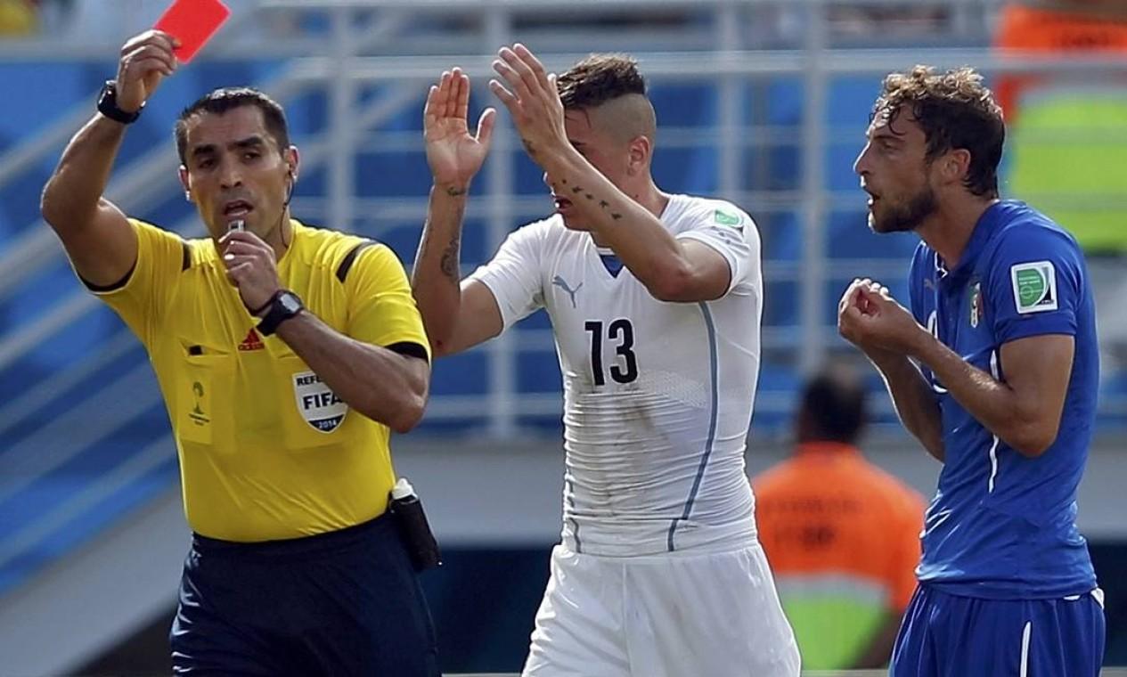 O italiano Claudio Marchisio é expulso pelo árbitro Marco Rodriguez no segundo tempo Foto: TORU HANAI / REUTERS