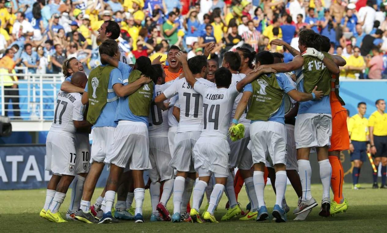 Uruguaios comemoram a classificação com vitória de 1 a 0 sobre a Itália Foto: YVES HERMAN / REUTERS