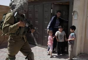 Soldados israelenses revistam casas em Hebron, na Cisjordânia Foto: Majdi Mohammed / AP/20-6-2014
