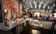 No balcão: chope artesanal na nova cervejaria no porto revitalizado de Havana