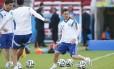 Aniversariante. Messi bate bola no treino de reconhecimento do gramado no Beira-Rio: o jogador estava descontraído e brincou com os companheiros