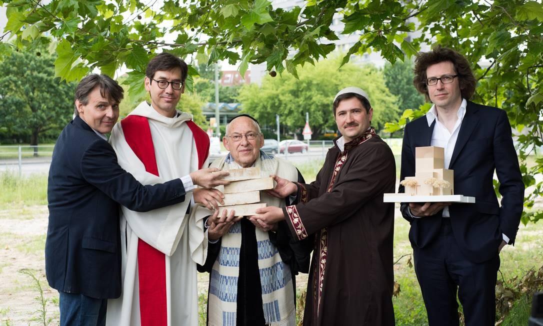 """Líderes de cada religião ao lado do arquiteto, que seguro o protótipo, no lançamento da campanha para arrecadar dinheiro para a construção da """"House of One"""" Foto: / Divulgação"""