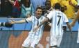 Di María (de costas) corre para os braços de Messi após gol da Argentina contra a Nigéria: ataque é ponto forte