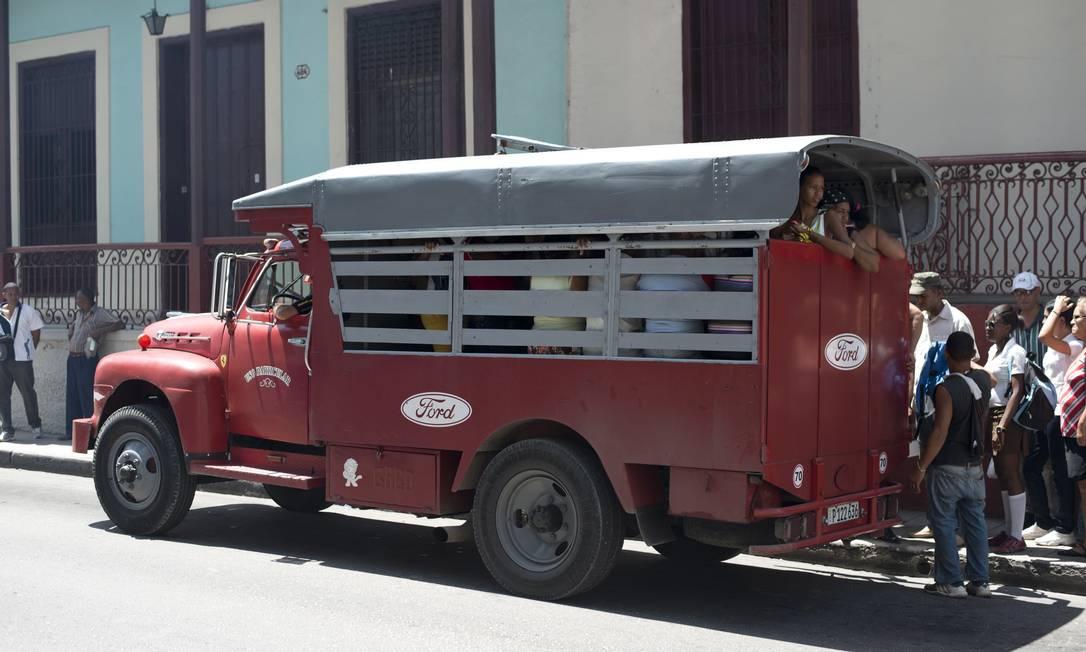 O guagua, uma espécie de caminhão transformado em ônibus, é um dos meios de transporte na ilha comunista Foto: René Bauer