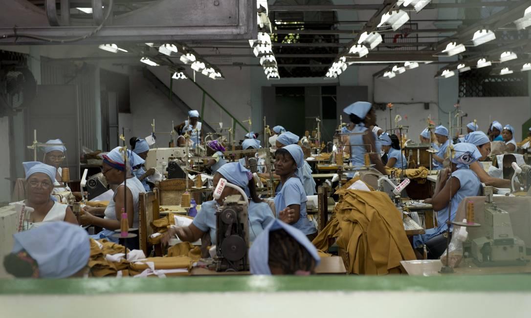 Mulheres trabalham em uma fábrica: melhores postos de trabalho ainda estão no Estado Foto: Agência O Globo