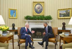 Shimon Peres (esquerda) conversa com Barack Obama em encontro no Salão Oval da Casa Branca Foto: MANDEL NGAN / AFP