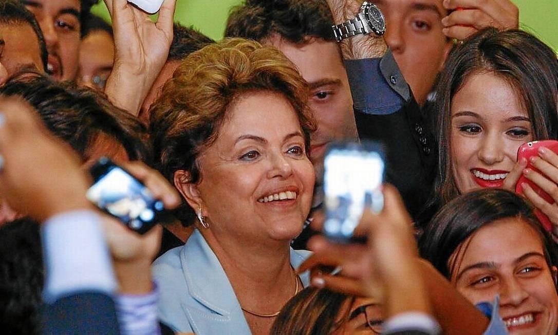 A presidente Dilma faz 'selfie coletivo' no lançamento da nova fase do programa Foto: André Coelho