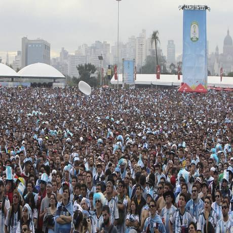 """Mar de """"hermanos"""". Milhares de argentinos lotam a área da Fifa Fan Fest em Porto Alegra para assistir ao jogo contra a Nigéria, em transmissão ao vivo Foto: Nabor Goulart/Associated Press"""