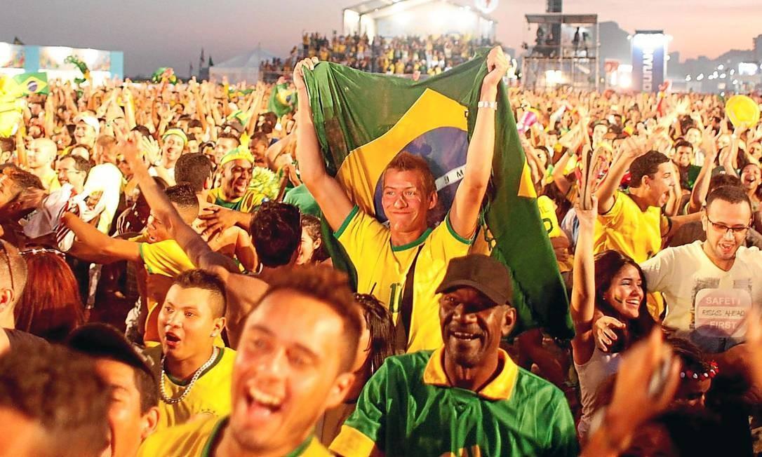 Nas ruas. Multidão comemora gol do Brasil no jogo contra a seleção de Camarões, em frente ao telão da Fifa Fan Fest na Avenida Atlântica, em Copacabana: jornais estrangeiros passaram a considerar um sucesso a Copa no Brasil Foto: 23-06-2014