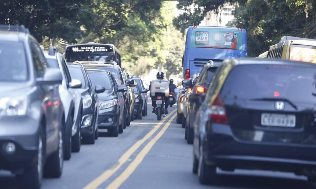 Na Rua Jardim Botânico, motociclistas circulam pela contramão: imprudência é causa de acidentes Foto: Fabio Rossi / Agência O Globo