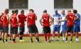 Seleção de Suíça recebe instruções do técnico Ottmar Hitzfeld na Bahia