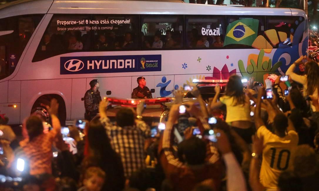 Torcedores festejam a chegada da seleção brasileira em Belo Horizonte Foto: Agência O Globo