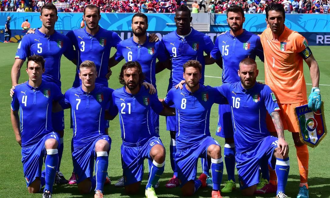 cc87754713f97 A seleção italiana em foto da Copa de 2014  homens mais velhos atraem mais  as