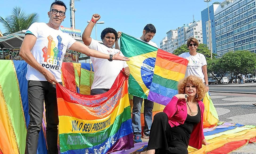 Ativistas do Grupo Arco-Íris estenderão bandeira gay na Praia de Copacabana; ato cobra a criminalização da homofobia Foto: Adriana Lorete