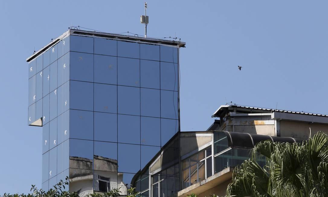 Torre de vidro da Casa de Saúde São José, no Humaitá: adesivos de aves no vidro ajudam os pássaros a evitar choques contra a estrutura Foto: Marcos Tristão / Agência O Globo