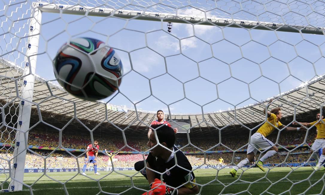 David Luiz corre para comemorar o go do Brasil Foto: Martin Meissner / AP
