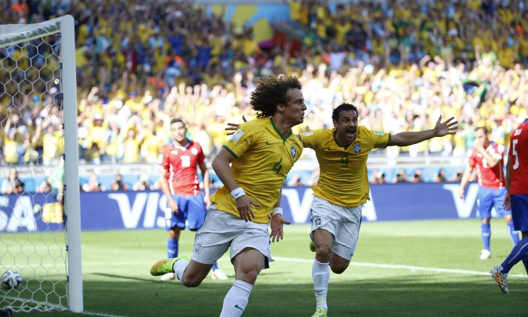 David Luiz abre o placar contra o Chile e corre para comemorar seguido de Fred Foto: Ivo Gonzalez / Ivo Gonzalez