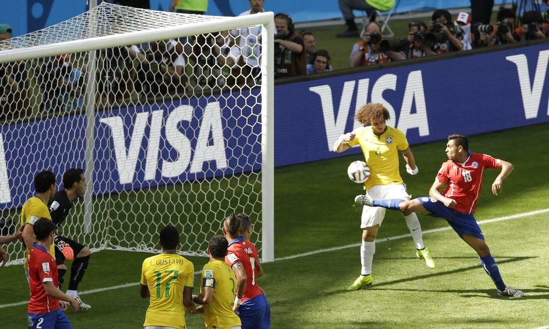 A bola bate em David Luiz e entra no gol chileno Foto: Hassan Ammar / AP
