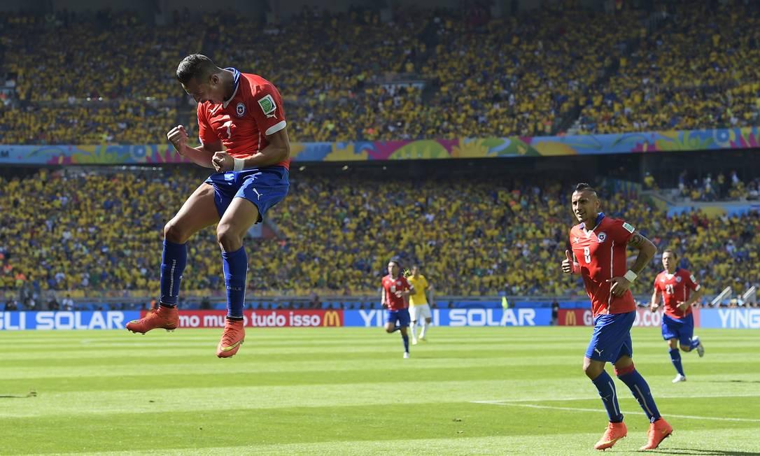 Alexis Sanchez marcou o gol de empate após bobeira da defesa brasileira Foto: Manu Fernandez / AP