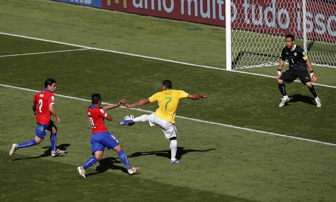 Hulk chuta a bola para as redes, mas o juiz anula o gol Foto: LEONHARD FOEGER / REUTERS