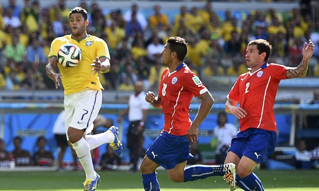 Hulk mata a bola no peito e faz o segundo gol do Brasil , anulado pelo juiz Foto: DYLAN MARTINEZ / REUTERS