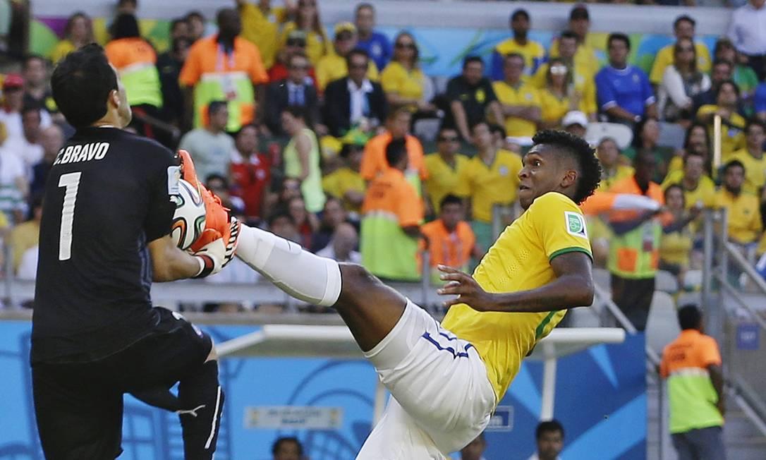 Bravo defende a bola e é atingido por Jô Foto: Ricardo Mazalan / AP