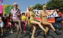 No Brasil, manifestantes foram a Copacabana com os rostos cobertos e faixas que protestavam pelos direitos do público LGBT Foto: Leo Correa / AP