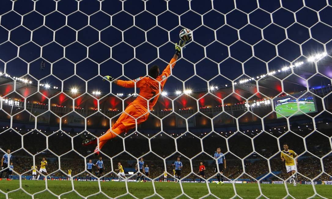 Aos 27 minutos do primeiro tempo, o colombiano James Rodriguez acertou um belo chute e abriu o placar Foto: KAI PFAFFENBACH / REUTERS
