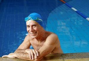 Depois de uma cirurgia cardíaca, Luiz Afonso Romano abriu mão de excessos. Hoje, começa os dias nadando Foto: Camilla Maia