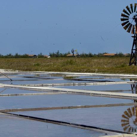 Salina em Cabo Frio: licenciamento não será mais feito pelo Inea Foto: Mônica Imbuzeiro / Agência O Globo (31/08/2004)