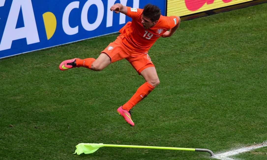 O atacante Huntelaar vibra após marcar o pênalti que deu a vitória à Holanda sobre o México e garantiu a participação do time nas quartas de final da Copa Foto: JAVIER SORIANO / AFP