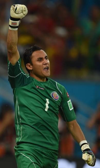 Keylor Navas defendeu uma cobrança de pênalti e foi novamente o herói da Costa Rica Foto: PEDRO UGARTE / AFP
