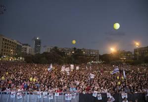 Milhares de israelenses se reúnem na Praça Rabin, a principal do Centro de Tel Aviv Foto: BAZ RATNER / REUTERS