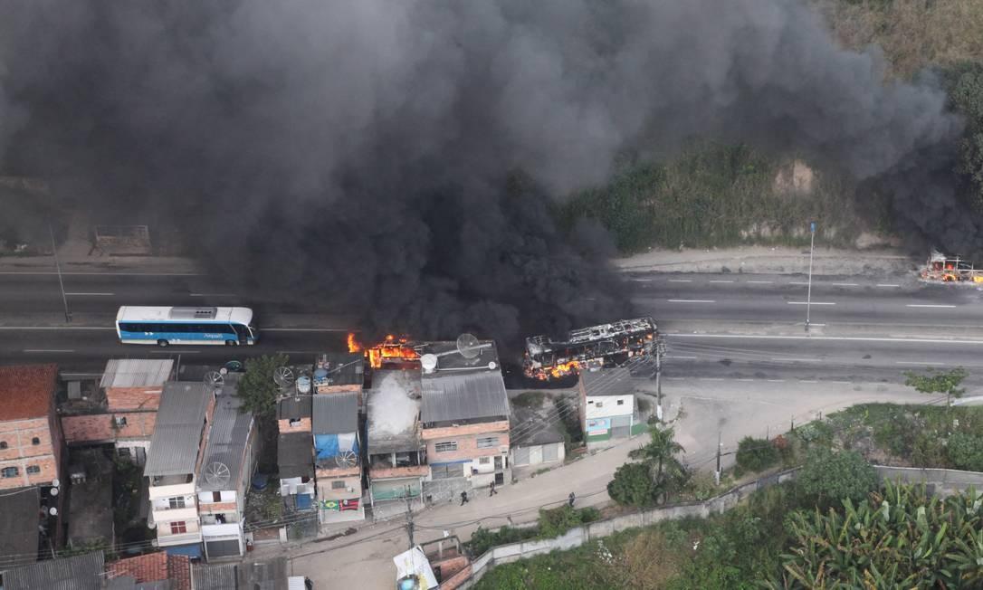 Os ônibus que foram incendiados na RJ-104, na altura do Trevo de Maria Paula Foto: Genílson Araújo / Agência O Globo